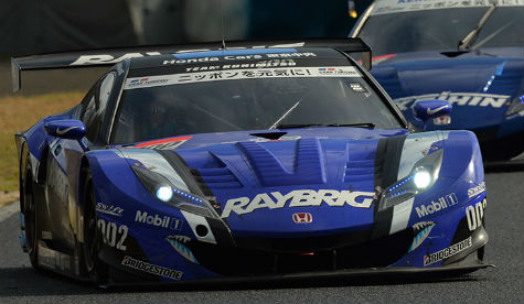 SUPER GT, RAYBRIG HSV-010 VICTORIOUS IN A DRAMATIC BATTLE AT